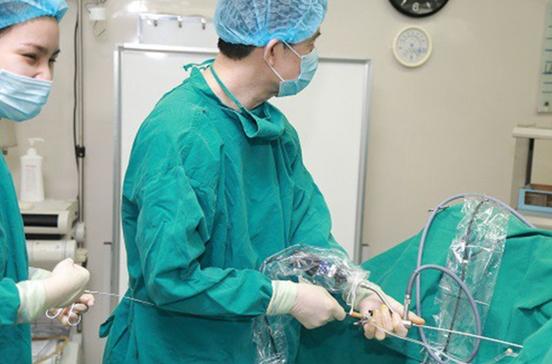 Sạch sỏi niệu quản sau 30 phút nhờ phẫu thuật bằng laser